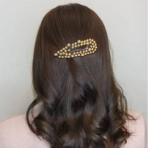 Hiuksia koristamassa Cocobellan pinni